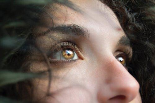 【瞳の印象を変えるスキンケア】目の下のシワができる原因と対策
