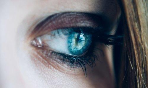 疲れた目の女性