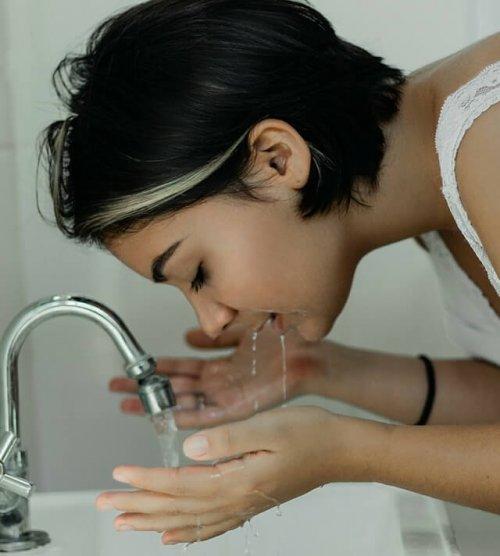 顔を洗っている女性