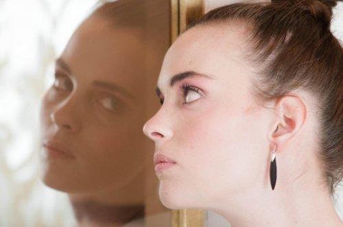 鏡を気にする女性