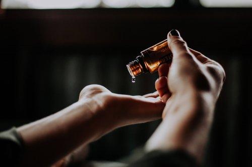 化粧水を手に付けている女性