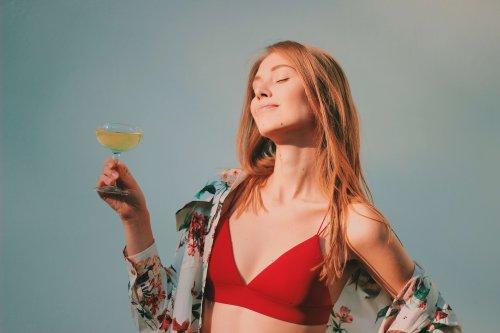 グラスを片手に持つ女性