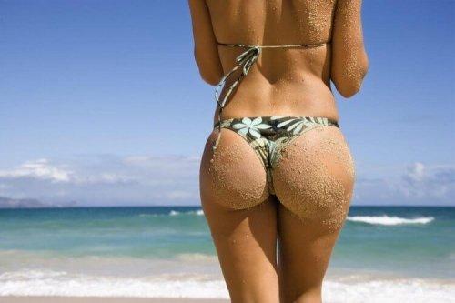 水着を着た女性の後ろ姿