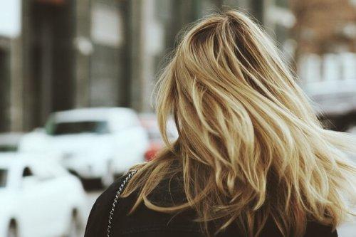 流れる髪の女性の後ろ姿