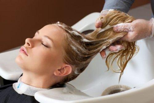 洗髪してもらっている女性