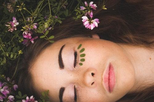 目を閉じている女性