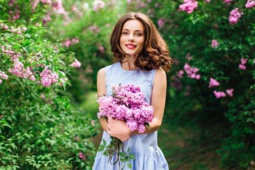 花を抱えた女性