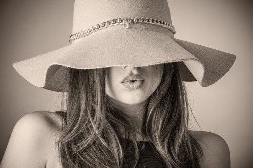 帽子を目深にかぶった女性