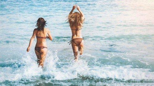 波内側ではしゃぐ女性2人