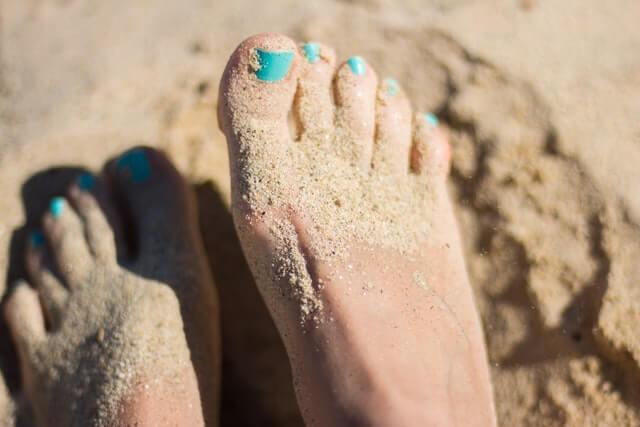 砂まみれの女性の足