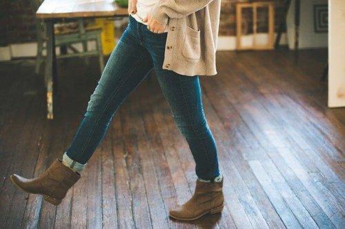 ブーツをはいた女性