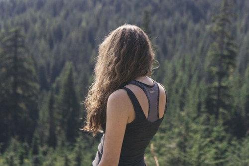 タンクトップを着た女性の後ろ姿